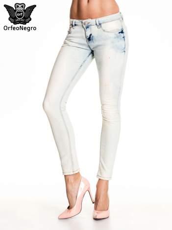 Błękitne rozjaśniane spodnie skinny jeans z przetarciami