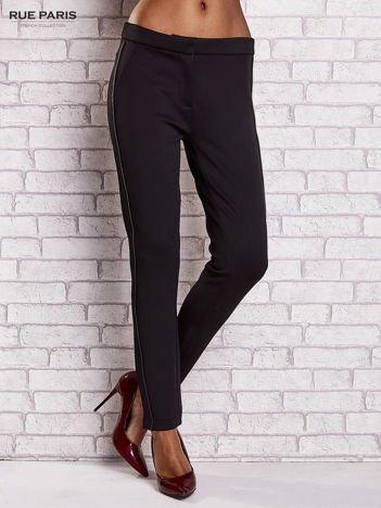 Czarne dopasowane spodnie ze skórzanym prążkiem