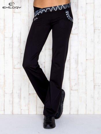 Czarne spodnie dresowe z srebrnymi wstawkami