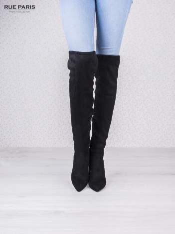 Czarne zamszowe kozaki na szpilkach wiązane w kolanach