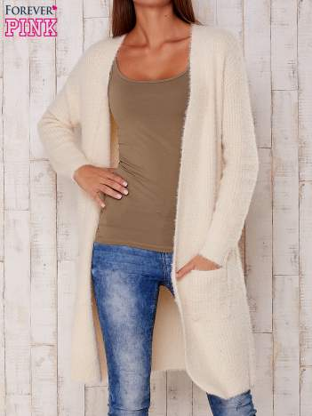 Kremowy długi puszysty sweter
