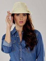 Beżowy kapelusz fedora z ażurową kokardą