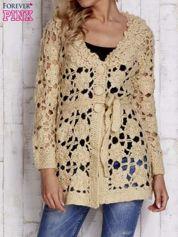 Beżowy sweter z wiązaniem w pasie