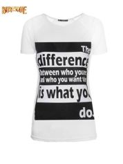 Biały t-shirt z napisem i siateczkowymi rękawami