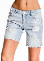 Błękitne jeansowe szorty z przetarciami