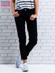 Ciemnoniebieskie spodnie regular jeans z plecionym paskiem