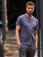 Ciemnoszary t-shirt męski ze sportowym nadrukiem i napisami