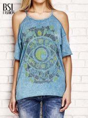 Ciemnoturkusowy t-shirt cut out shoulder z azteckim nadrukiem