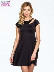 Czarna rozkloszowana sukienka z asymetrycznym wycięciem na dekolcie