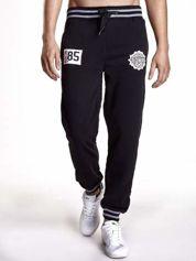 Czarne dresowe spodnie męskie z naszywkami i kieszeniami