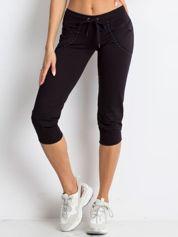 Czarne spodnie dresowe capri z aplikacją przy kieszeniach