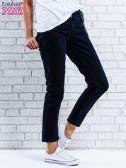 Czarne spodnie regular jeans z łańcuszkiem