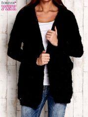 Czarny włochaty sweter z kapturem