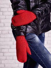 Czerwone grube rękawiczki na jeden palec