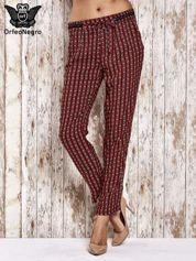 Czerwone lejące wzorzyste spodnie