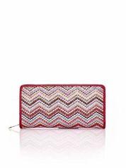 Czerwony pleciony portfel w geometryczne wzory
