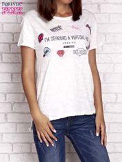 Ecru t-shirt z kolorowymi naszywkami i napisem
