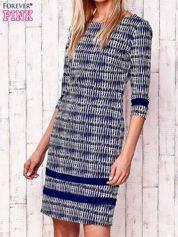 Granatowa sukienka z motywem graficznym i materiałowymi wstawkami