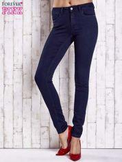 Granatowe dopasowane spodnie jeansowe