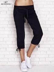 Butik Granatowe dresowe spodnie capri z materiałowym paskiem