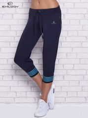 Granatowe spodnie capri z motywem pasków na nogawkach