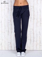 Granatowe spodnie dresowe z kieszonką i haftem PLUS SIZE