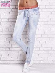 Jasnoniebieskie spodnie jeansowe z kolorową gumką w pasie
