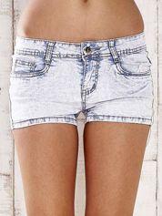 Jasnoniebieskie szorty jeansowe ze srebrnymi dżetami