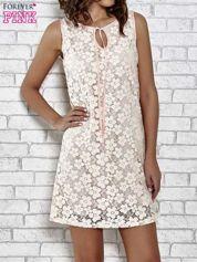 Jasnoróżowa koronkowa sukienka z wiązaniem przy dekolcie