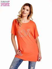 Koralowy t-shirt z biżuteryjnym napisem LOVE