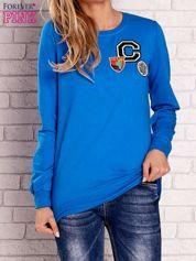 Niebieska bluza z kolorowymi naszywkami