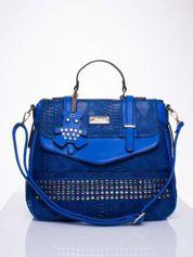 Niebieska torba z zawieszką z motywem skóry węża