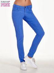 Niebieskie spodnie jeansowe rurki