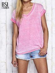Różowy asymetryczny t-shirt z trójkątnym dekoltem