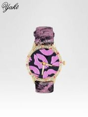 Różowy zegarek na pasku z motywem KISS