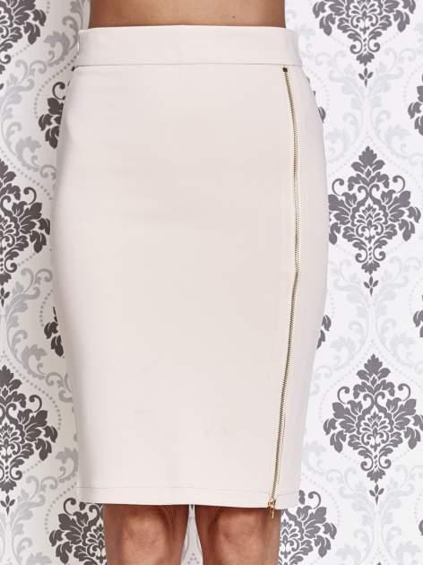 Beżowa ołówkowa spódnica ze złotym suwakiem