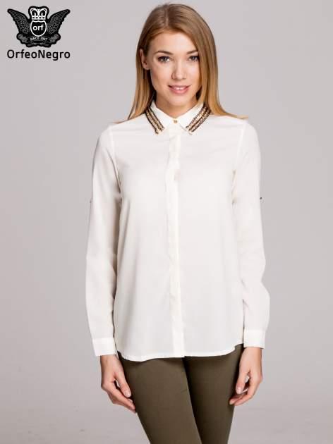Biała elegancka koszula z kołnierzykiem z łańcuszkami