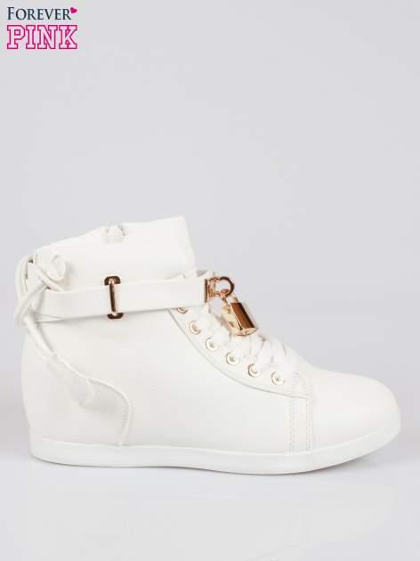 Białe sneakersy damskie ze złotą kłódką