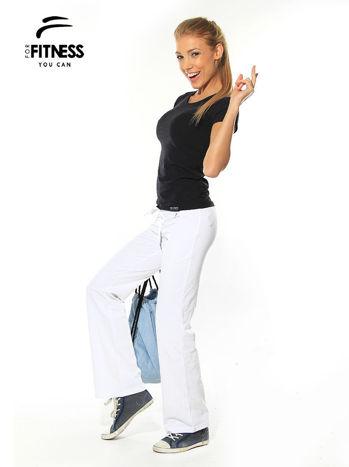 Białe spodnie dresowe z szeroką nogawką FOR FITNESS