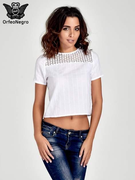 Biały krótki t-shirt z gipiurą