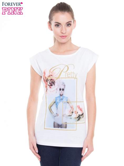Biały t-shirt z nadrukiem kobiety i napisem PRETTY