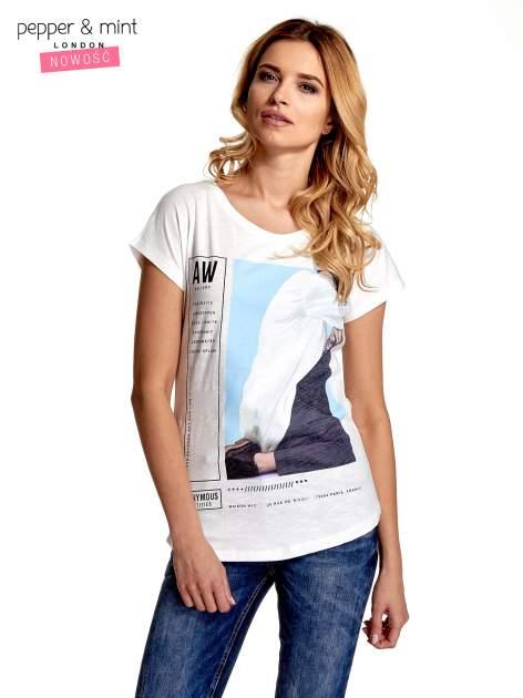 Biały t-shirt z nadrukiem w stylu fashion i zaokrąglonym dołem
