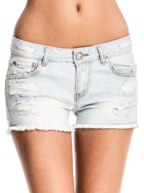 Błękitne jeansowe szorty z przetartą i postrzępioną nogawką