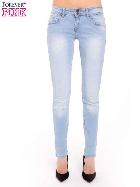 Błękitne jeansy rurki wycierane