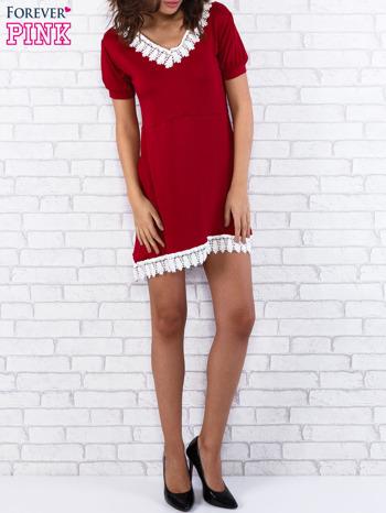 Bordowa sukienka z koronkowym wykończeniem