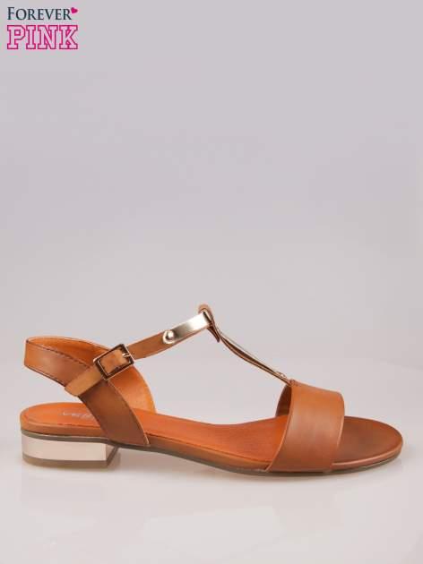 Brązowe sandały t-bary ze złotym paskiem i obcasem