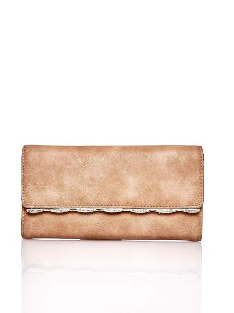 Brązowy portfel z ozdobną aplikacją