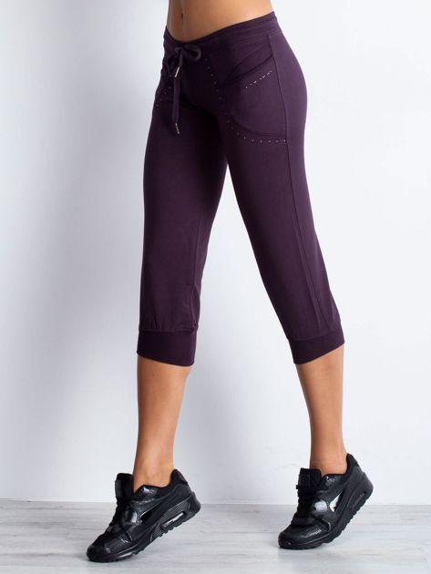 Ciemnofioletowe spodnie dresowe capri z aplikacją przy kieszeniach