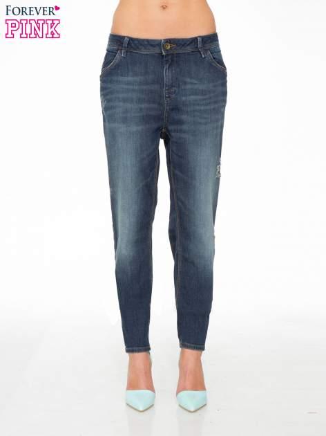 Ciemnoniebieskie spodnie typu boyfriend jeans z przetarciami