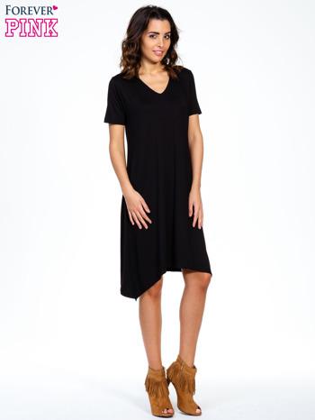 Czarna luźna sukienka z asymetrycznym dołem